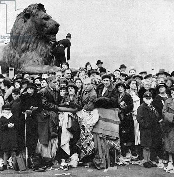1937 Coronation - spectators climbing on Victoria memorial