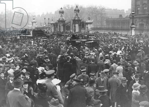 Armistice Day crowd outside Buckingham Palace, 1918