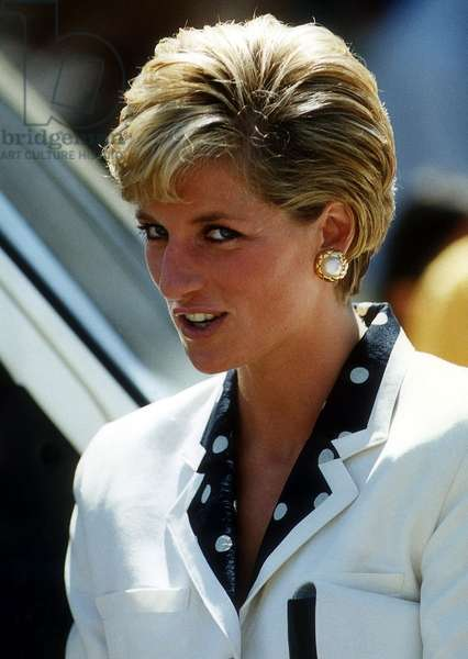 Princess Diana showing her new hairstyle, July 1990 (photo)