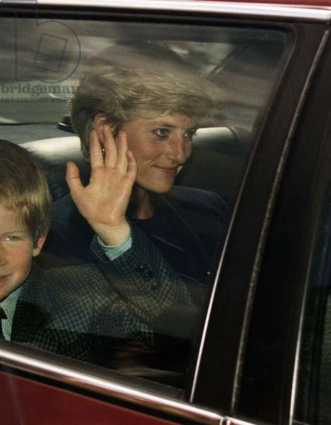 Princess Diana arriving back to Kensington Palace with her son Prince Harry, September 1992 (photo)