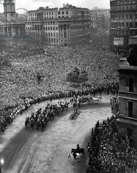 Queen Elizabeth II, Princess Elizabeth marries Prince Philip - The wedding procession at Trafalgar Square on the way to Westminister Abbey, 1940