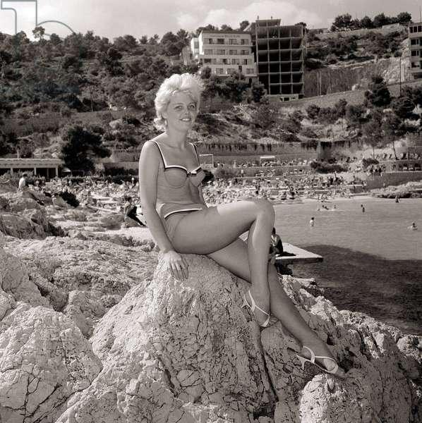 Women wearing swimming costumes bathing suit bikinis, July 1965 (b/w photo)
