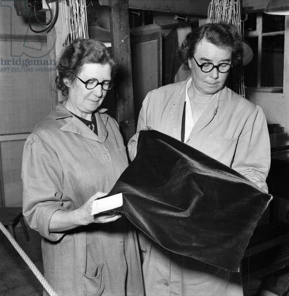 Weaving Coronation robe for Queen Elizabeth II. November 1952 C5652