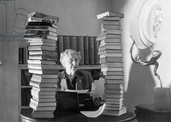 Portrait de la romanciere britannique Agatha Christie (1890-1976) dans sa maison de Winterbrook House, Wallingford, Berkshire, le 07/01/1950