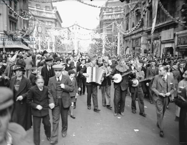 Crowds celebrate the Silver Jubilee of King George V at Oxford Circus, 3rd May 1935 (b/w photo)