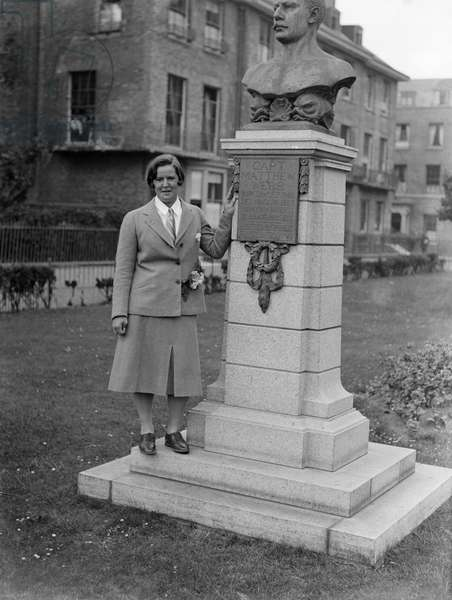 Miss Gertrude Ederle, American swimming champion, by the statue of Captain Webb, 8th August 1926