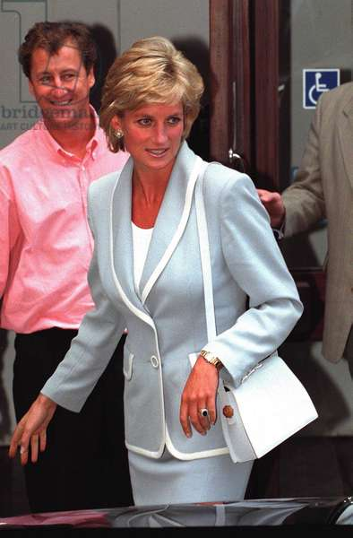 Princess Diana at ballet school still wearing her wedding and engagement ring on divorce day, August 1996 (photo)