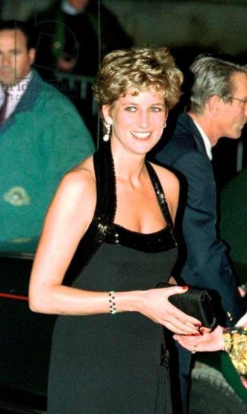 Princess Diana in black evening dress arriving at Versaille, November 1994 (photo)