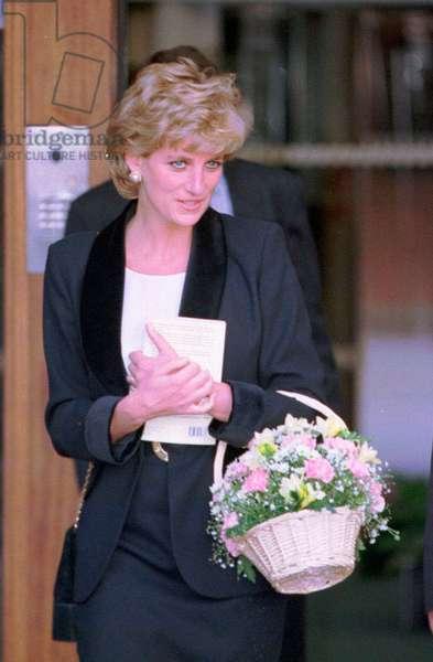Princess Diana leaves Broadmoor Hospital, November 1995 (photo)