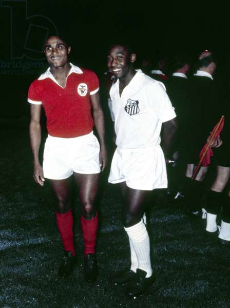 Brazilian footballer Pele of club side Santos (right) poses with Portugal forward Eusebio of Benfica 1969 (photo)