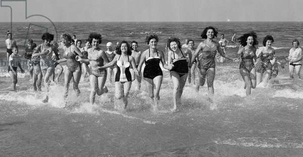Sunday pictorial beach contest at South Beach, Lowestoft, August 1958 (b/w photo)