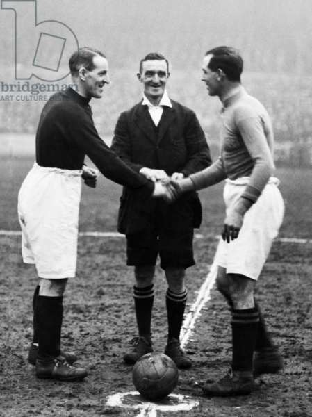 English League Division One match at Goodison Park. Everton 3 v Liverpool 3. Liverpool captain Don MacKinlay shakes hands with his Everton counterpart Sam Chedgzoy before kick off in the Merseyside derby. 6th February 1926.