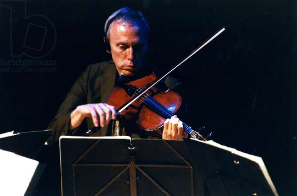 Hank Dutt of the Kronos Quartet playing the viola at the Barbican Hall