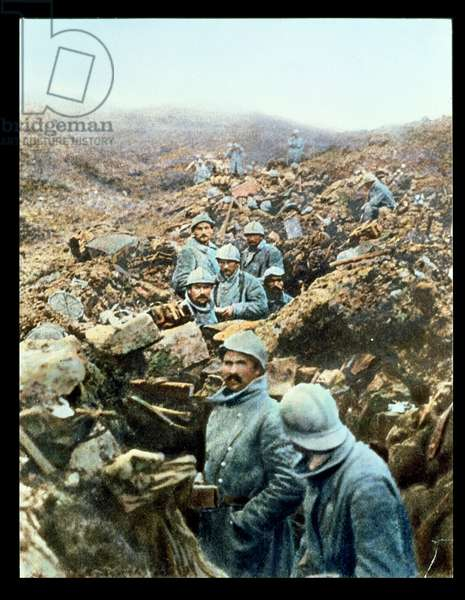Postcard depicting French soldiers in the trenches, 1914-18 (coloured photo)