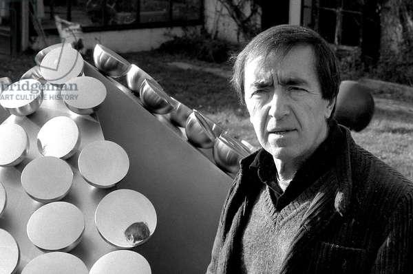 Pol Bury (belgian sculptor) in 1983 (b/w photo)
