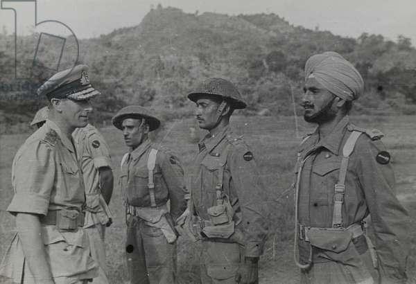 Louis Mountbatten talking to Indian soldiers, 1945 circa (b/w photo)
