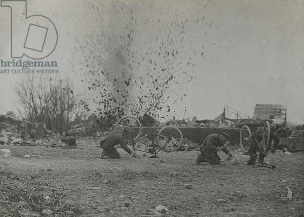 Photograph of troops under fire, 1917-18 (b/w photo)