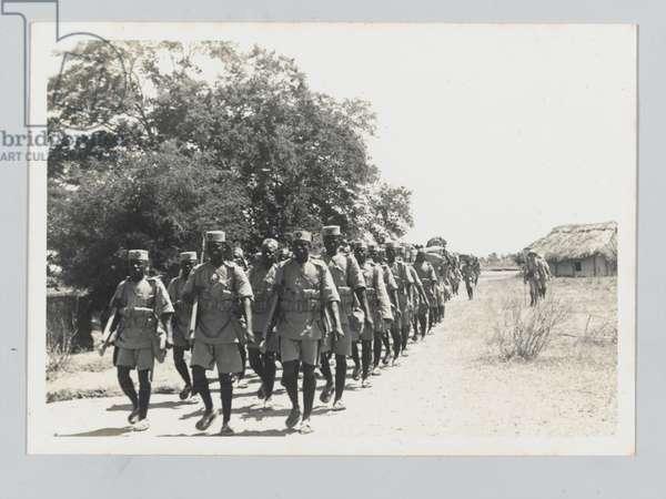 4th (Uganda) Battalion, King's African Rifles, on patrol from Garsen to Galbanti in Kenya, 1939 circa (b/w photo)