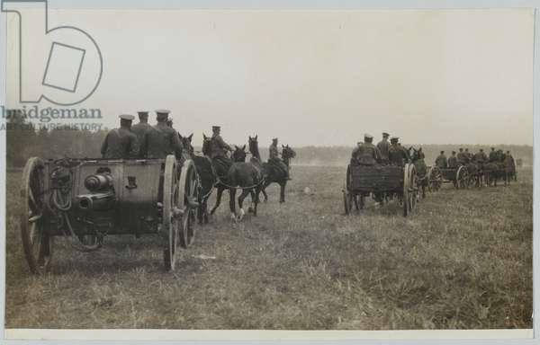 A Royal Field Artillery 18-pounder battery, Western Front, 1914 circa (b/w photo)
