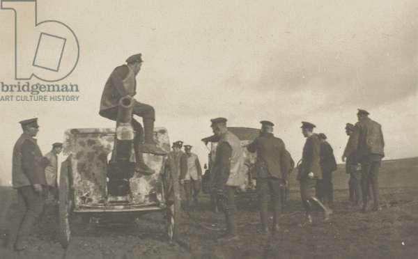 British soldiers around a German howitzer, 1918 (b/w photo)