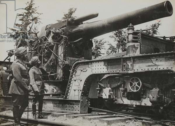 Indian Army officers including Maharaja Bhupinder Singh of Patiala inspecting a railway gun, 1918 (b/w photo)