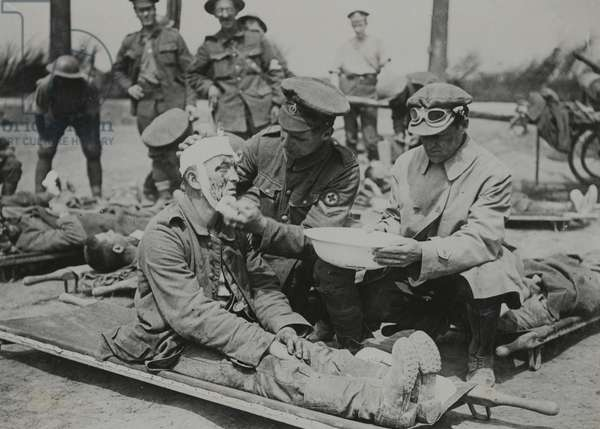 Injured soldiers on the Western Front, 1916-18 (b/w photo)