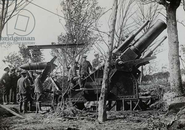 Loading a 15-inch howitzer at Englebelmer Wood on the Somme, 7 August 1916 (b/w photo)