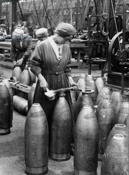 Female munition worker preparing shells in a factory, 1916 circa (b/w photo)