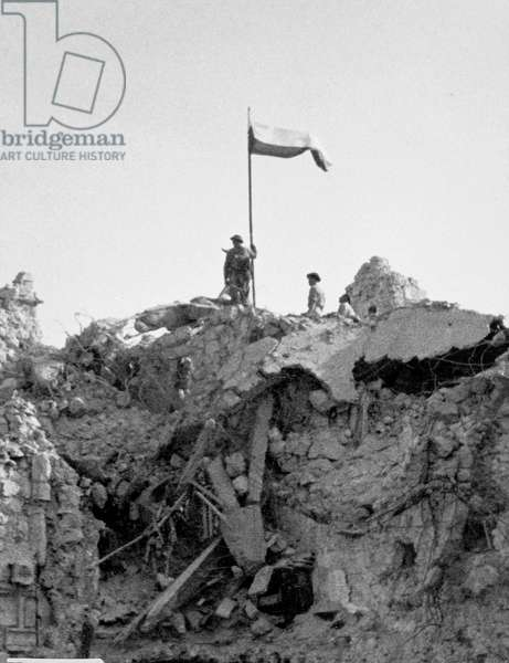 Poles of the 3rd Carpathian Division raising their regimental flag over Monte Cassino, 30th September, 1944 (b/w photo)
