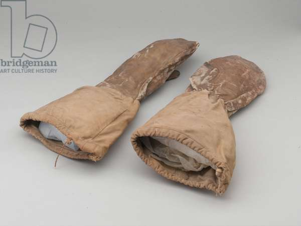White cotton and leather outer mittens, Korea, 1950 circa (cotton and leather)