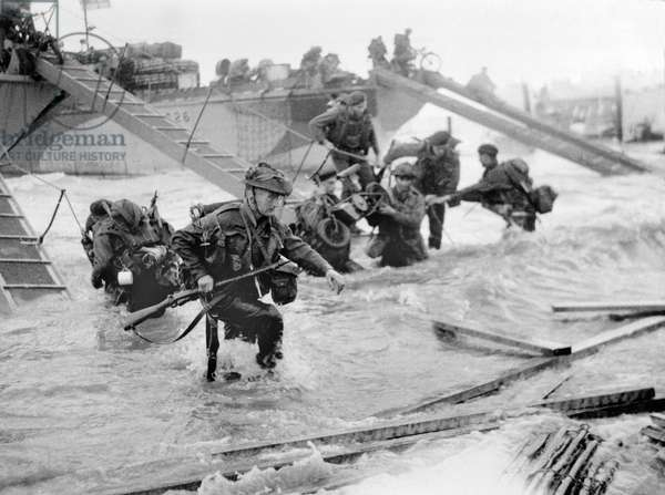 Wading ashore from landing craft at Ouistreham and Bernieres, St Aubin sector, 6 June 1944 (b/w photo)