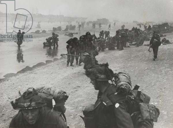 British troops landing on a beach on the Normandy coast, June 6th, 1944 (b/w photo)