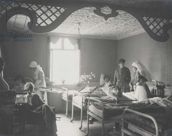 Nurses in a hospital ward, 1917-18 (b/w photo)