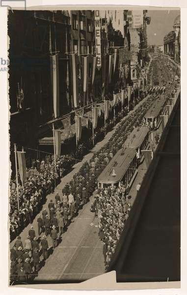 Anzac March, George Street, Sydney (gelatin silver print)