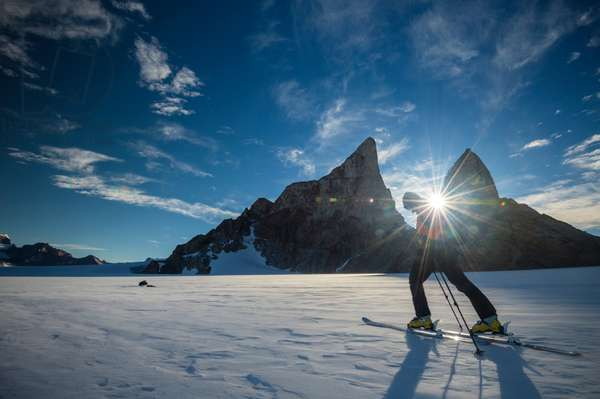A climber skis across the wind blown ice cap of the Wohlthat Mountains (photo)
