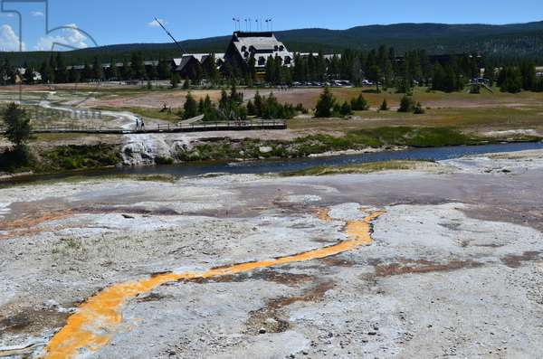 colourful algae and the Firehole River and the Old Faithful Inn in Yellowstone National Park, Wyoming (photo)