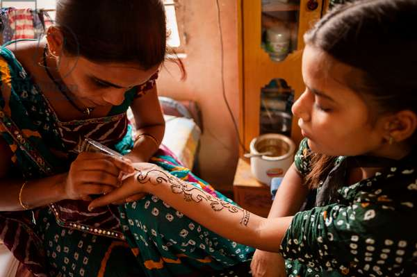 Henna is applied to a woman's arm (photo)
