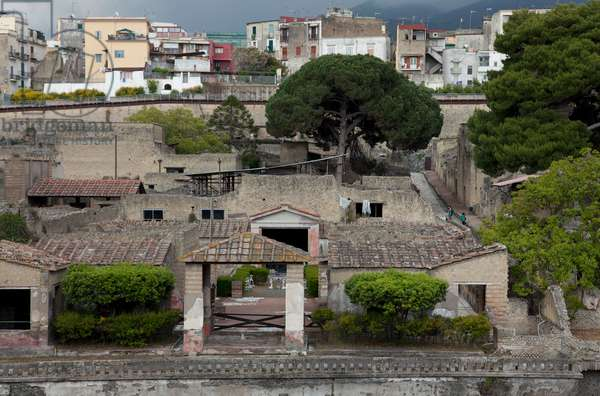 A view of the Herculaneum ruins in Ercolano and contemporary houses (photo)