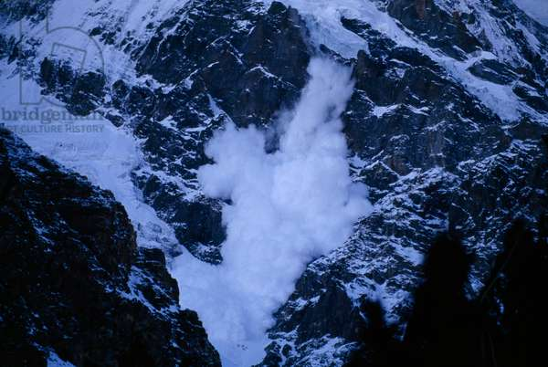An avalanche rumbles down the steep slopes of Nanga Parbat (photo)