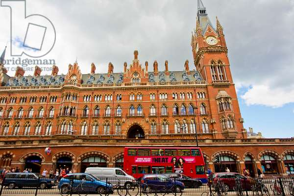 Foot and vehicular traffic at the Saint Pancras railway station, at the foot of the Saint Pancras Renaissance London Hotel (photo)