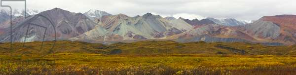 Mountains and tundra of the Alaska Range in fall colours (photo)