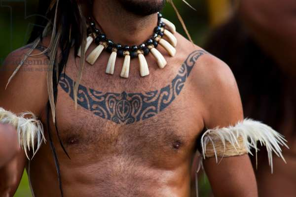 A Easter Islander, tattooed and in traditional dress (photo)