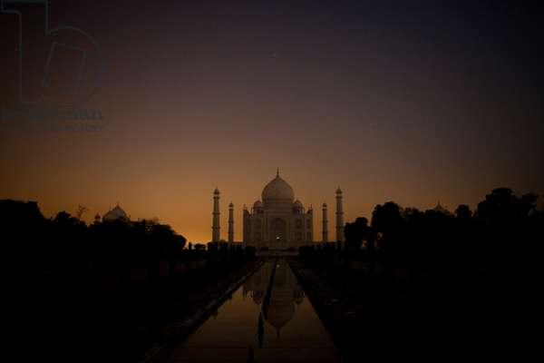 A nightime view of the Taj Mahal (photo)
