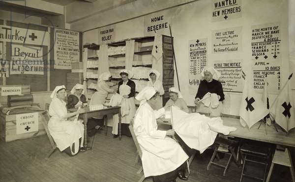 Red Cross workers prepare medical supplies for World War I, New York City, USA, 1917 (b/w photo)