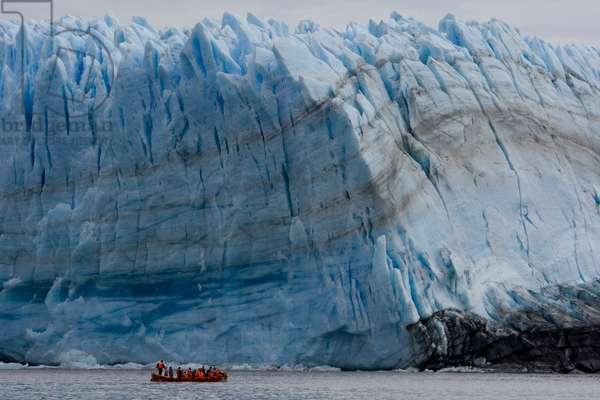 An excursion boat from a cruise ship approaches Pío XI Glacier (photo)