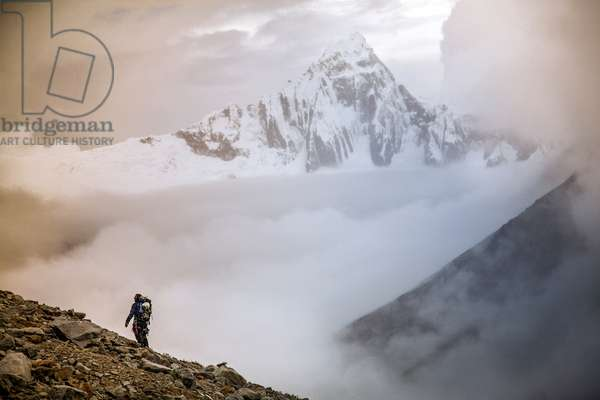 A hiker observes a snow storm in the high Cordillera Blanca mountains and Tuqllarahu mountain (photo)