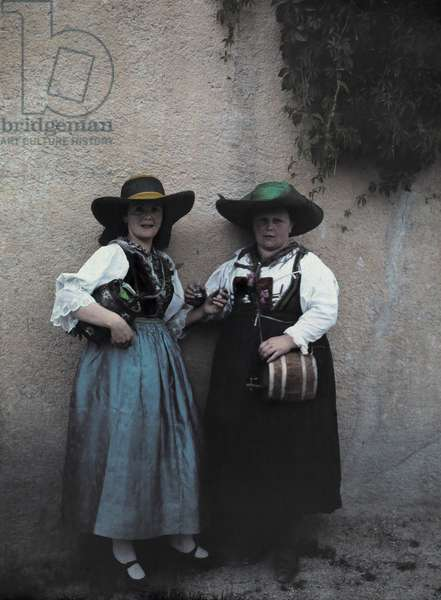 Two women selling whiskey, Innsbruck, Austria, 1929 (autochrome)