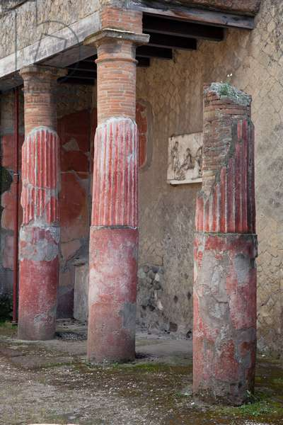 Columns in the House of the Gem in Herculaneum (photo)