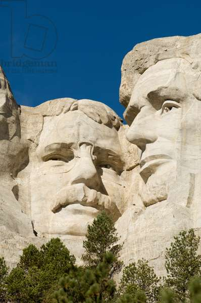 Low angle view of the sculptures of presidents Theodore Roosevelt, and Lincoln on Mount Rushmore (photo)