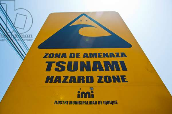 A tsunami evacuation route sign posted in Iquique (photo)